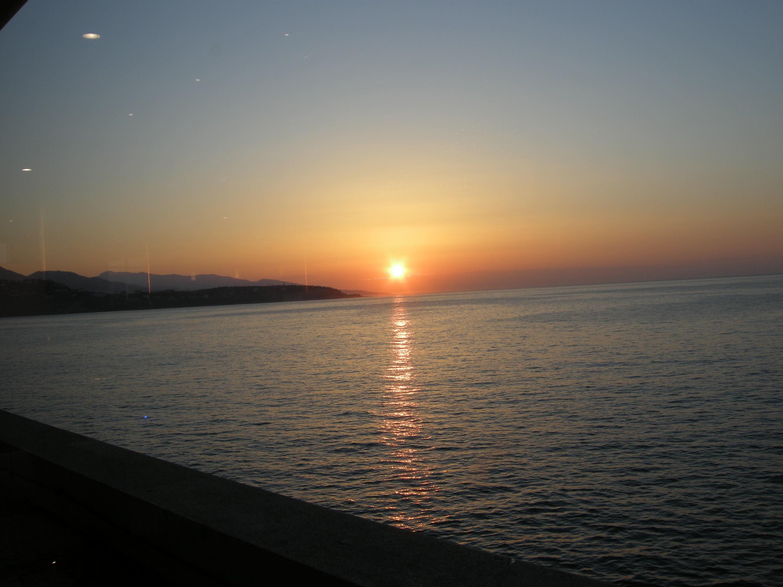 地中海に昇る朝日