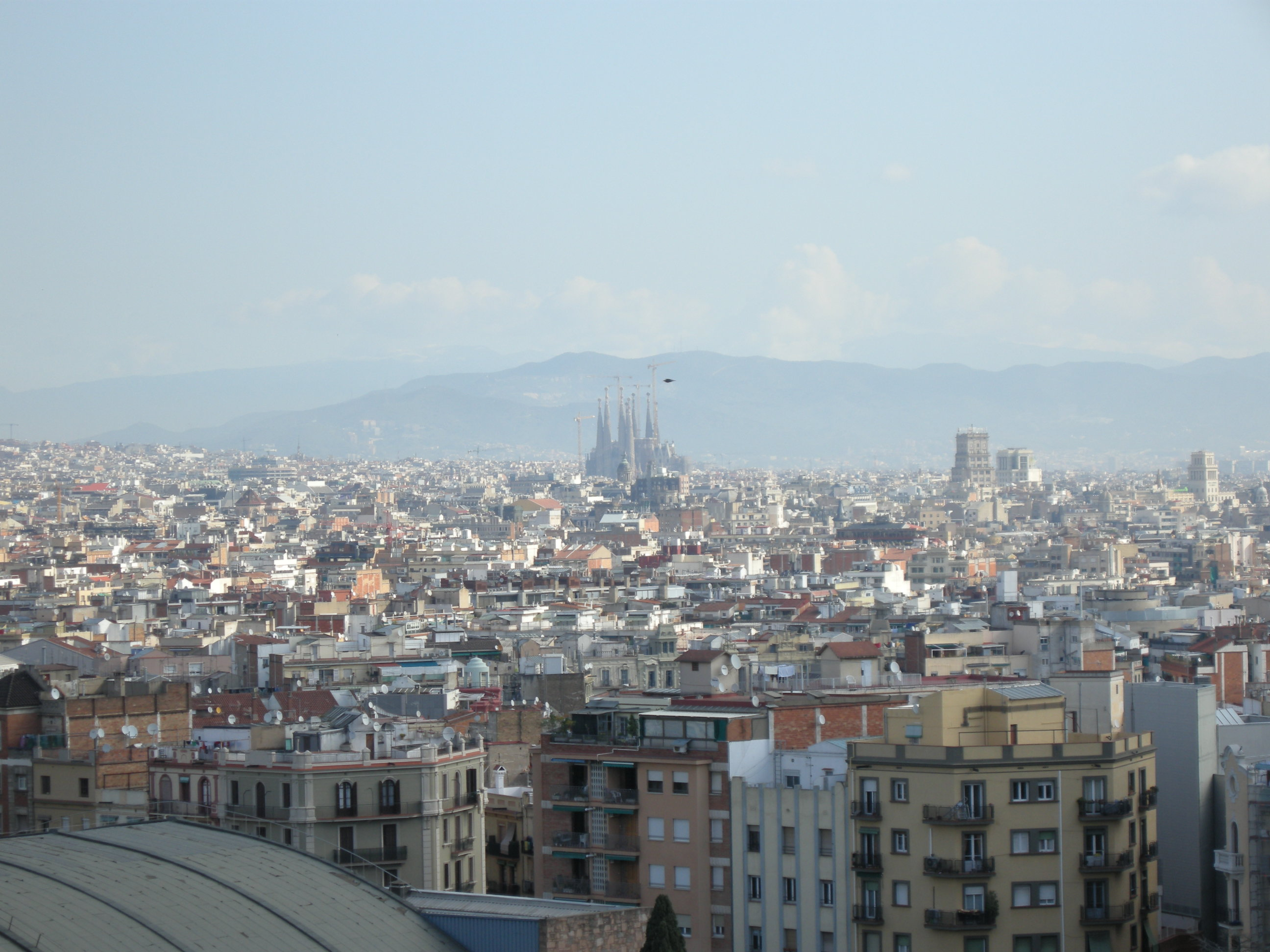 バルセロナの街の風景遠くに見えるサグラダファミリア